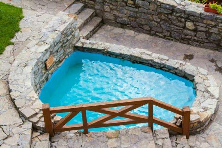 25 – Piscina em alvenaria, cercada por pedras brutas