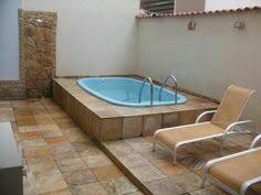 28– Área de lazer com piscina retangular com bordas arredondadas