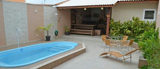 30 – Área de lazer com piscina irregular em fibra de vidro