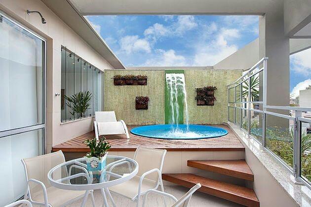 Área de lazer em cobertura com piscina redonda em fibra de vidro