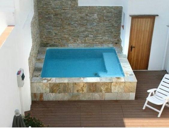 Área de lazer em cobertura com piscina quadrada