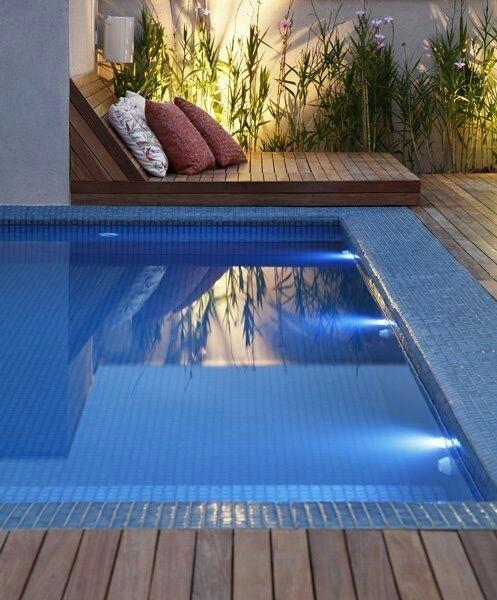 33 – Área de lazer com piscina em alvenaria, acabamento em pastilhas azuis, deck