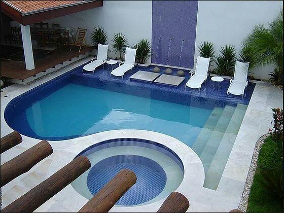 piscina com formato diferenciado em alvenaria, com nível