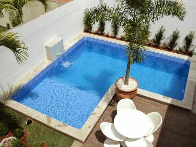 37 – Área de lazer com piscina em L em alvenaria, com acabamento em pastilha azul