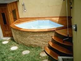 Ideia 39 – Área de lazer com piscina em fibra de vidro, instalada em deck de madeira