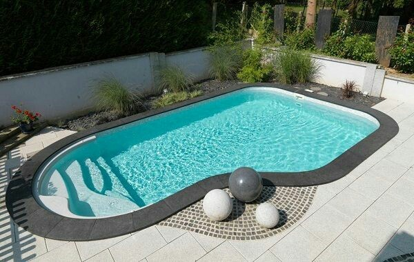 40 – Área de lazer com piscina em fibra de vidro, com escada, borda em granito preto