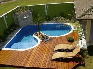 41 – Área de lazer com piscina em alvenaria e vinil, com deck