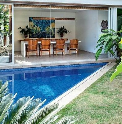 44 – Área de lazer com piscina em alvenaria e acabamento em pastilhas azuis