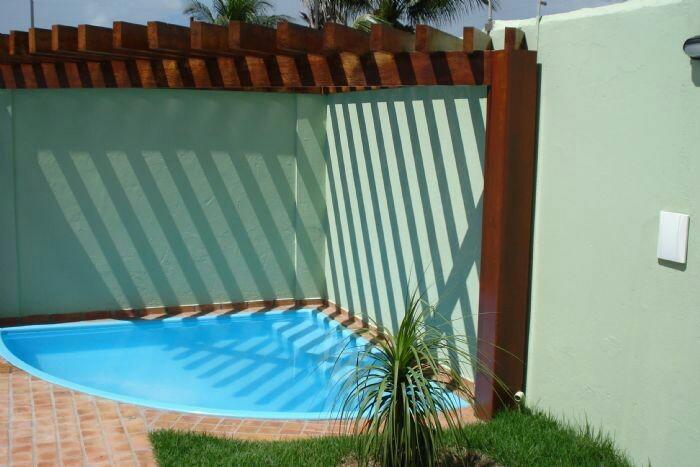45 - A piscina em fibra de vidro de canto