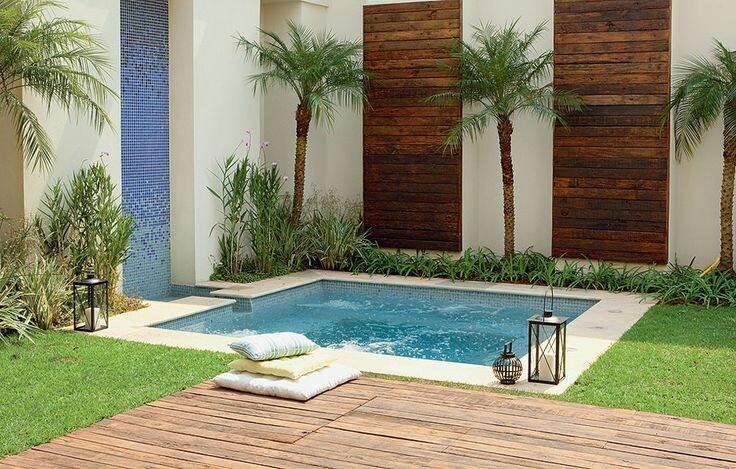 50 – Área de lazer com piscina quadrada em alvenaria com pastilhas azuis, bordas em mármore