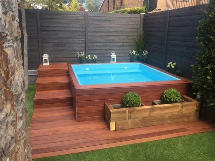 51 – Área de lazer com piscina quadrada elevada, deck em madeira