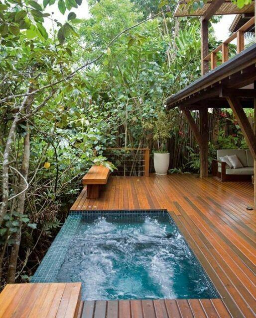 52– Área de lazer com piscina em alvenaria, com pastilhas e borda infinita e deck