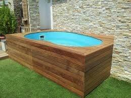 53 – Área de lazer com piscina em fibra de vidro, com deck em madeira