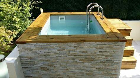 54 – Área de lazer com piscina em fibra de vidro, com bordas em madeira