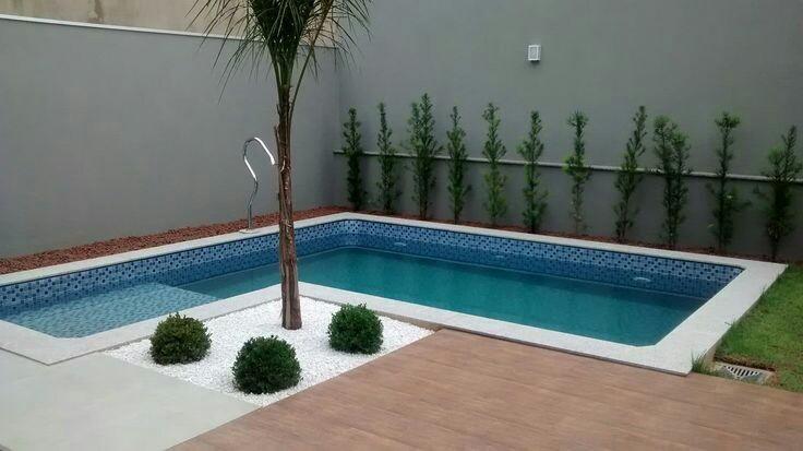 57 – Área de lazer com piscina em alvenaria em L, acabamento em pastilha azuis