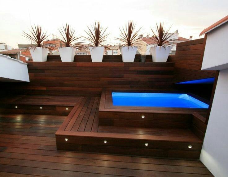 Área de lazer, em cobertura, com piscina em fibra de vidro, deck de madeira