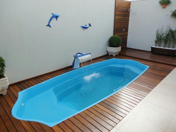 63 – Piscina em fibra de vidro deck de madeira e piso em cerâmica antiderrapante