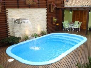 Ideia 65 –Área de lazer com piscina em fibra de vidro , com piso em madeira