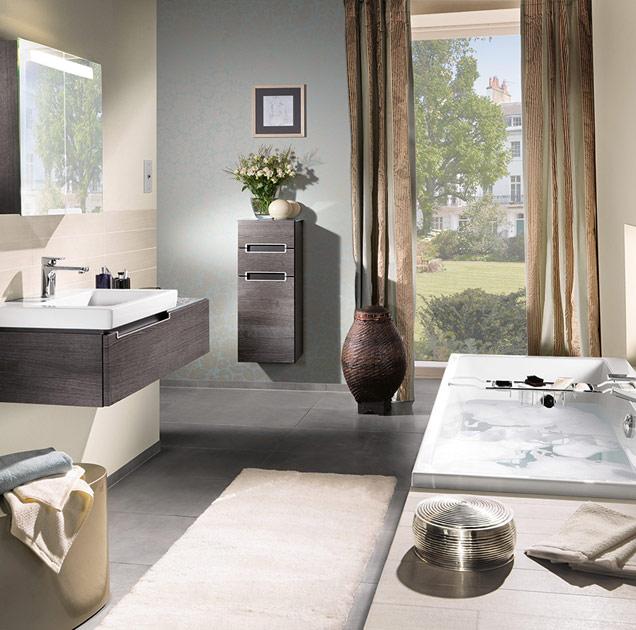 banheiro pequeno com banheira imersão