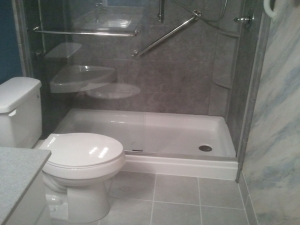 banheiro pequeno com banheira e chuveiro 2