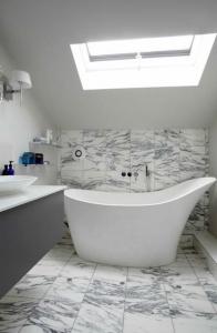 banheiro pequeno com banheira 3