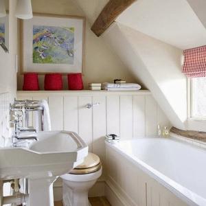 banheiro pequeno com banheira de hidro fixa 3