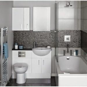 banheiros pequenos com banheira e chuveiro 2