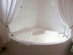 banheiro com banheira de hidromassagens