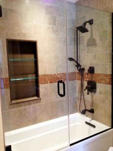 banheiro pequeno com banheira e box