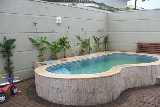piscina com acabamento lateral e pisco em pedra São Tomé