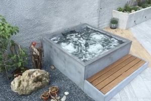 Foto 22 - Piscina quadrada pequena em alvenaria, acabamento em cimento queimado, com hidro integrada.