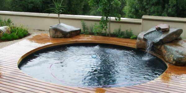 piscina arredondada com deck