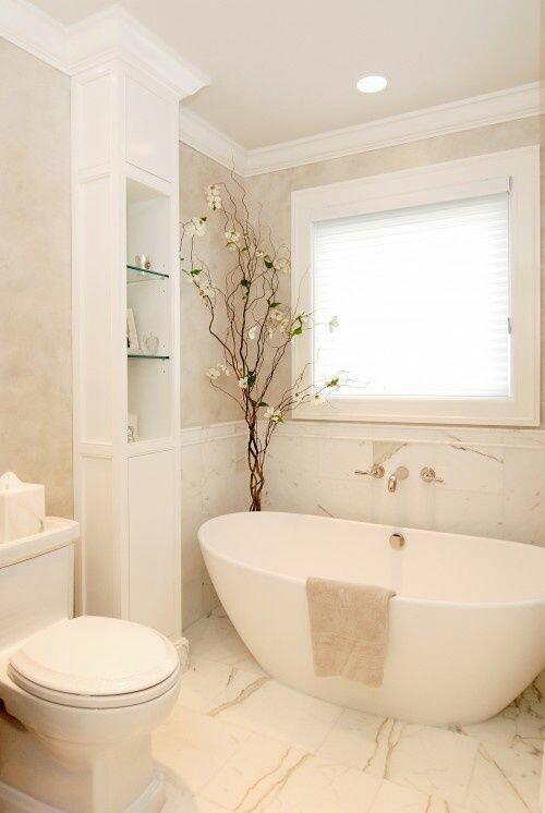 29. Proposta de banheiro clássico com banheira minimalista moderna. Detalhe para os nichos na coluna.