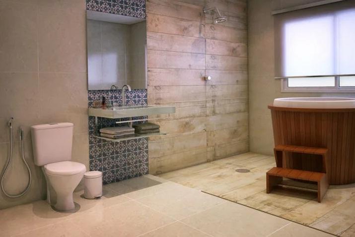 45. Banheiro clássico com banheira ofurô conjugado com chuveiro.