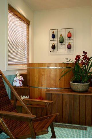 46. Banheiro com banheira ofurô tradicional redonda de imersão.