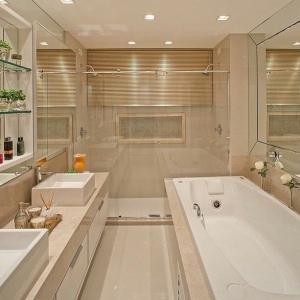 57. Banheiro clássico com banheira tradicional, pia dupla e chuveiro com box separado.