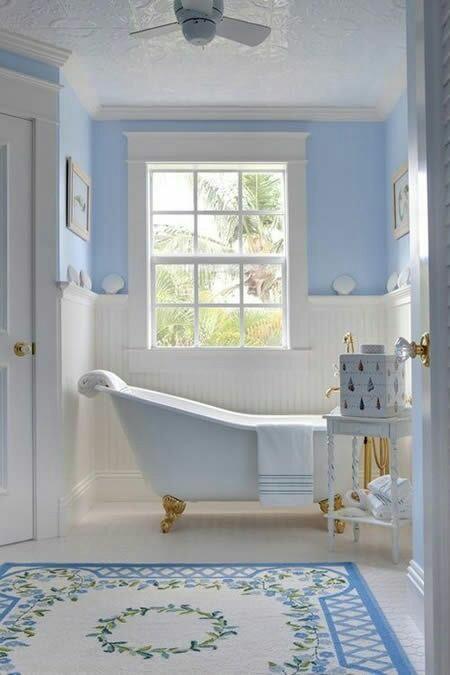 62. banheiro em estilo provençal com banheira vitoriana de pés dourados.