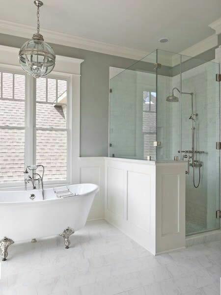 63. Banheiro em estilo clássico com banheira de imersão Vitoriana com pés prateados.