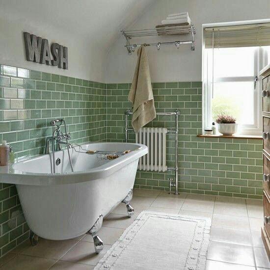 64. Banheiro clean com banheira vitoriana e pés prateados.