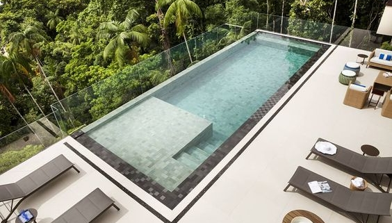 Bordas de piscina infinita e escada integrada.