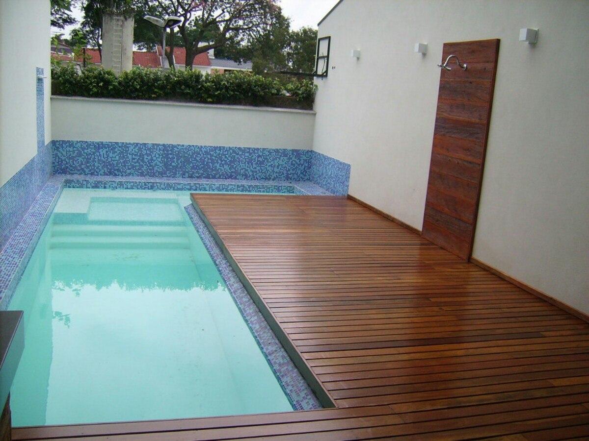 A psicina em L com deck em madeira é uma ótima opção para o aproveitamento de espaços pequenos