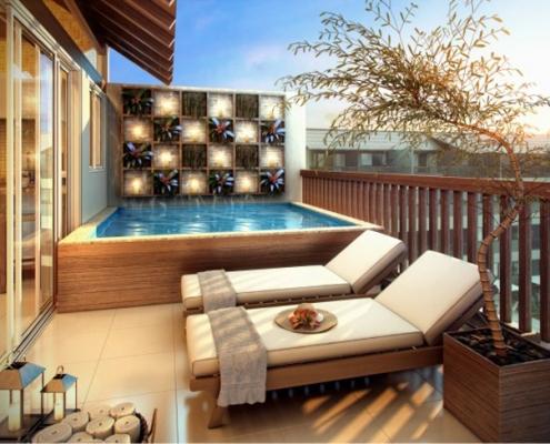 Piscina elevada com madeira em torno da piscina, muro com floreiras e lindas espreguiçadeiras em madeira e com almofadas brancas. Piscina projetada para varanda de apartamento.