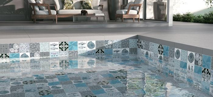 O projeto moderno e clean desta área de lazer foi ressaltado pela escolha do revestimento cerâmico decorado para esta piscina.