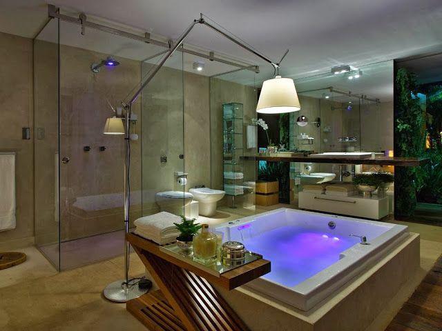 Banheiro clássico moderno com banheira de hidro, bancada de madeira com pia de cuba sobreposta.