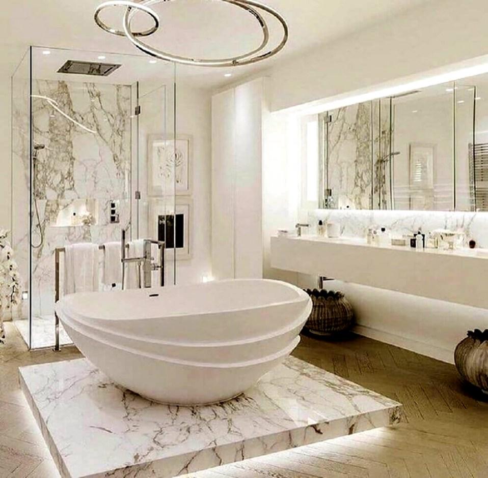 Neste lindo projeto a banheira de imersão de linhas e design arrojado harmoniza com a moderna luminária. O revestimento de granito para a parede da ducha e para o piso de descanso da banheira é um luxo só.