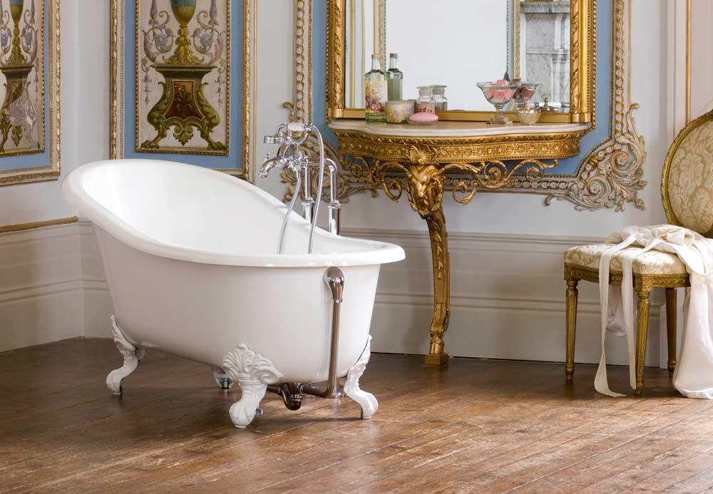Linda banheira vitoriana branca com pés brancos.