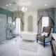 01 - As banheiras vitorianas se encaixam perfeitamente no estilo clássico. Como neste projeto que conta também com poltronas Luis XV.